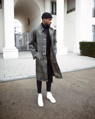 Как и с чем носить: серое длинное пальто в шотландскую клетку, черная водолазка, черные зауженные джинсы, белые низкие кеды из плотной ткани
