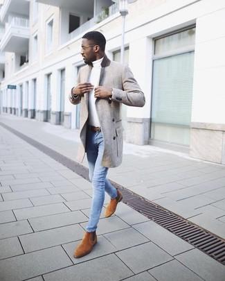 Как и с чем носить: серое длинное пальто, белая водолазка, голубые зауженные джинсы, табачные замшевые ботинки челси