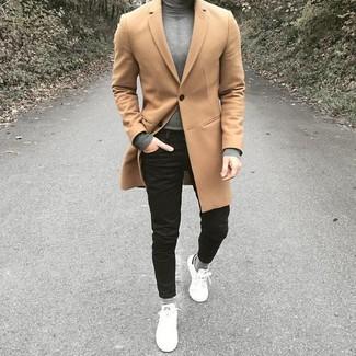 Как и с чем носить: светло-коричневое длинное пальто, серая водолазка, черные зауженные джинсы, белые кожаные низкие кеды