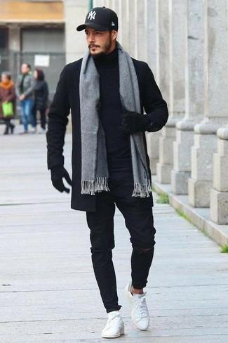 Как и с чем носить: черное длинное пальто, черная водолазка, черные рваные зауженные джинсы, белые кожаные низкие кеды