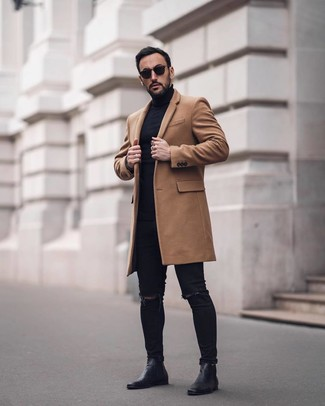 Как и с чем носить: светло-коричневое длинное пальто, черная водолазка, черные рваные зауженные джинсы, черные кожаные ботинки челси