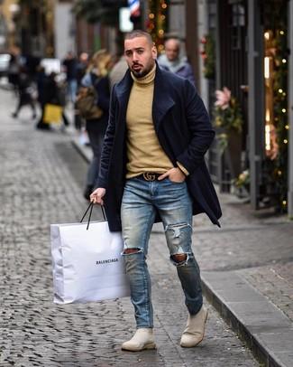 Как и с чем носить: темно-синее длинное пальто, светло-коричневая шерстяная водолазка, синие рваные зауженные джинсы, бежевые замшевые ботинки челси