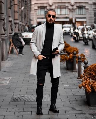 Как и с чем носить: серое длинное пальто, черная водолазка, черные рваные зауженные джинсы, черные кожаные ботинки челси