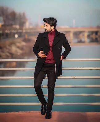 Мужские луки: Черное длинное пальто и черные зауженные джинсы прочно закрепились в гардеробе многих мужчин, позволяя создавать незаезженные и стильные образы. Такой образ получает свежее прочтение в тандеме с черными кожаными монками с двумя ремешками.