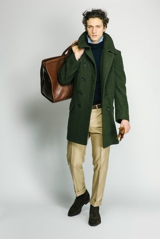 Мода для подростков парней: Несмотря на то, что это классический лук, лук из темно-зеленого длинного пальто и светло-коричневых классических брюк неизменно нравится стильным мужчинам, неминуемо пленяя при этом сердца представительниц прекрасного пола. темно-зеленые замшевые ботинки дезерты добавят образу легкой небрежности и дерзости.