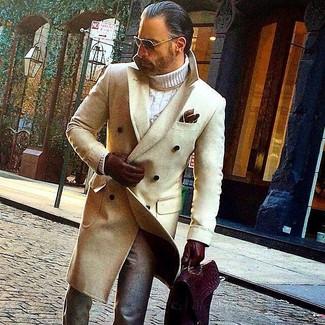 Как и с чем носить: бежевое длинное пальто, белая вязаная водолазка, серые шерстяные классические брюки, темно-красный кожаный портфель