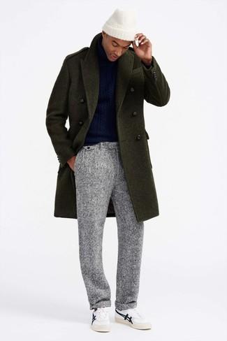 Как и с чем носить: оливковое длинное пальто, темно-синяя вязаная водолазка, серые шерстяные классические брюки, белые кожаные низкие кеды