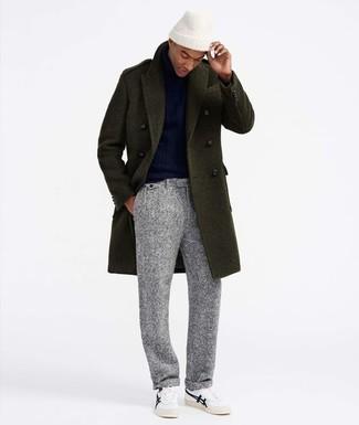 Как и с чем носить: оливковое длинное пальто, темно-синяя водолазка, серые шерстяные классические брюки, белые низкие кеды