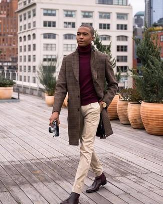 Как и с чем носить: коричневое длинное пальто в мелкую клетку, темно-красная водолазка, бежевые классические брюки, темно-коричневые кожаные ботинки челси
