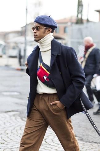 Как и с чем носить: темно-синее длинное пальто, белая вязаная водолазка, коричневые шерстяные классические брюки, темно-синяя кепка