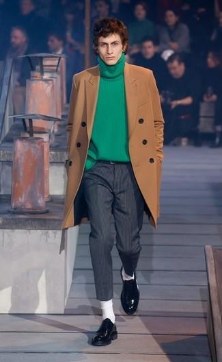 Как и с чем носить: коричневое длинное пальто, зеленая вязаная водолазка, темно-серые шерстяные классические брюки в вертикальную полоску, черные кожаные лоферы
