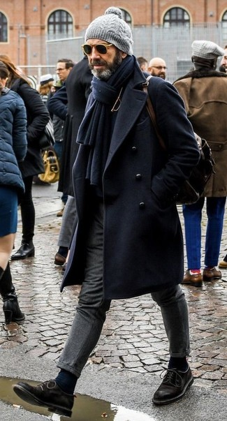 Как и с чем носить: темно-синее длинное пальто, черная водолазка, серые шерстяные классические брюки, черные замшевые туфли дерби