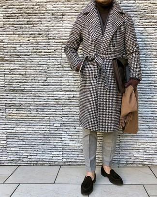 """Как и с чем носить: коричневое длинное пальто с узором """"гусиные лапки"""", темно-коричневая водолазка, серые шерстяные классические брюки, черные замшевые лоферы"""