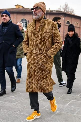 """Как и с чем носить: коричневое длинное пальто с узором """"в ёлочку"""", коричневая водолазка, черные классические брюки, горчичные замшевые низкие кеды"""