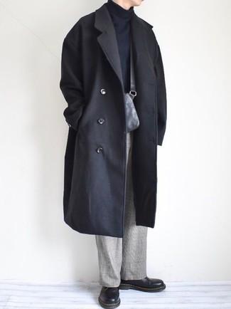 Как и с чем носить: черное длинное пальто, черная водолазка, серые классические брюки в шотландскую клетку, черные кожаные туфли дерби