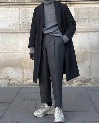 Как и с чем носить: черное длинное пальто, серая вязаная водолазка, темно-серые шерстяные классические брюки, бежевые кроссовки
