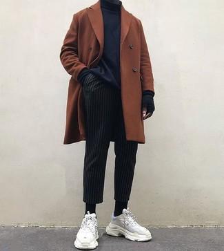 Как и с чем носить: табачное длинное пальто, черная водолазка, черные классические брюки в вертикальную полоску, белые замшевые кроссовки