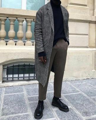 Как и с чем носить: серое длинное пальто в шотландскую клетку, черная водолазка, коричневые шерстяные классические брюки, черные кожаные туфли дерби