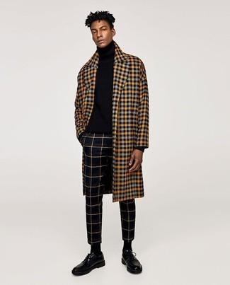 Как и с чем носить: желтое длинное пальто в клетку, черная водолазка, черные классические брюки в клетку, черные кожаные туфли дерби