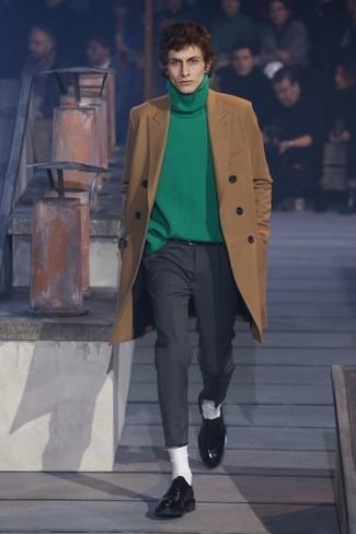 Как и с чем носить: светло-коричневое длинное пальто, зеленая водолазка, темно-серые классические брюки в вертикальную полоску, черные кожаные туфли дерби