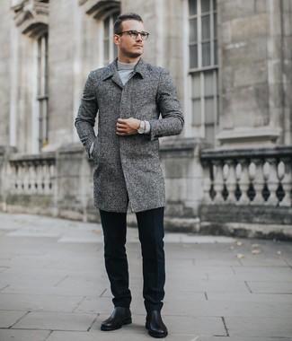 Как и с чем носить: серое длинное пальто, серая водолазка, черные шерстяные классические брюки, черные кожаные ботинки челси