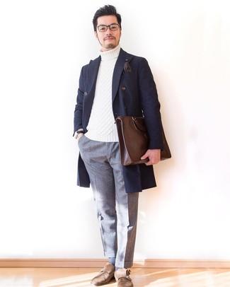 Как и с чем носить: темно-синее длинное пальто в шотландскую клетку, белая вязаная водолазка, серые шерстяные классические брюки, коричневые замшевые монки с двумя ремешками
