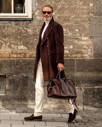 Модный лук: темно-коричневое длинное пальто, белая водолазка, белые классические брюки, темно-коричневые замшевые лоферы