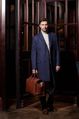 Коричневая кожаная дорожная сумка: с чем носить и как сочетать мужчине: Если ты наметил себе насыщенный день, сочетание темно-синего длинного пальто и коричневой кожаной дорожной сумки поможет создать функциональный образ в непринужденном стиле. Хочешь привнести в этот образ нотку классики? Тогда в качестве обуви к этому ансамблю, обрати внимание на коричневые кожаные лоферы с кисточками.