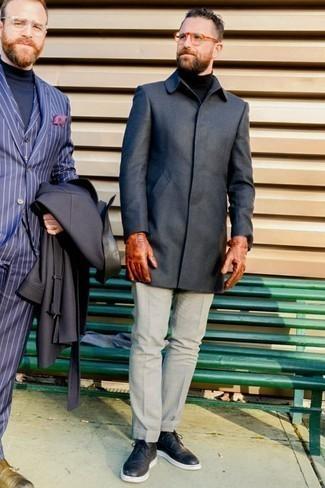 Табачные кожаные перчатки: с чем носить и как сочетать мужчине: Стильное сочетание темно-серого длинного пальто и табачных кожаных перчаток подходит для тех мероприятий, когда комфорт превыше всего. В тандеме с черными кожаными брогами такой ансамбль смотрится особенно выигрышно.