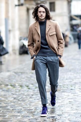 Модные мужские луки 2020 фото: Сочетание светло-коричневого длинного пальто и серых шерстяных классических брюк поможет примерить на себя изысканный мужской стиль. Фиолетовые кожаные низкие кеды позволят сделать ансамбль менее строгим.