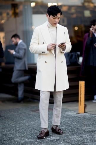 Темно-красные кожаные лоферы с кисточками: с чем носить и как сочетать: Несмотря на то, что это довольно сдержанный образ, сочетание белого длинного пальто и серых классических брюк является неизменным выбором стильных молодых людей, неизбежно покоряя при этом сердца прекрасных дам. Такой ансамбль несложно приспособить к повседневным нуждам, если надеть в паре с ним темно-красные кожаные лоферы с кисточками.