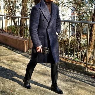 С чем носить коричневую водолазку мужчине: Коричневая водолазка и черные классические брюки позволят создать незабываемый мужской лук. Этот образ легко обретает новое прочтение в паре с черными кожаными оксфордами.