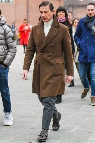 С чем носить коричневое длинное пальто: Коричневое длинное пальто и темно-серые шерстяные классические брюки — это один из тех мужских ансамблей, от которого у барышень просто перехватывает дыхание. Темно-коричневые кожаные монки позволят сделать ансамбль менее официальным.