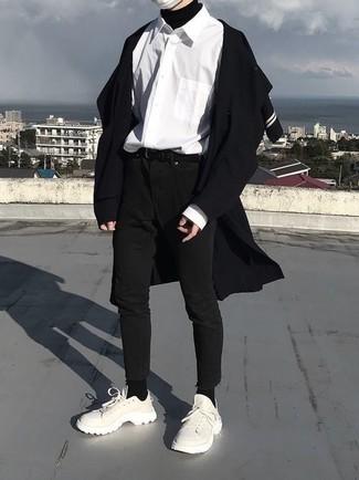 Как и с чем носить: черное длинное пальто, черная водолазка, белая рубашка с длинным рукавом, черные зауженные джинсы