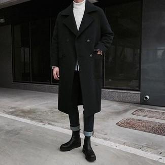 Белая вязаная водолазка: с чем носить и как сочетать мужчине: Сочетание белой вязаной водолазки и черных джинсов позволит создать интересный мужской образ в расслабленном стиле. Хочешь привнести в этот наряд нотку классики? Тогда в качестве обуви к этому луку, обрати внимание на черные кожаные ботинки челси.