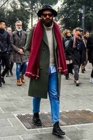 С чем носить черные замшевые ботинки челси мужчине: Повторить такой ансамбль из оливкового длинного пальто и синих джинсов несложно, главное - подобрать вещи по фигуре. Боишься выглядеть неаккуратно? Дополни этот образ черными замшевыми ботинками челси.
