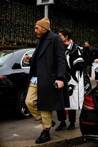 Мужские луки: Если ты приписываешь себя к той редкой группе джентльменов, которые каждый день смотрятся безукоризненно стильно, тебе понравится дуэт темно-серого длинного пальто и светло-коричневых брюк чинос.