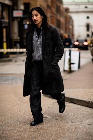 Мужские луки осень: Темно-серое длинное пальто в мелкую клетку и черные брюки чинос в шотландскую клетку отлично впишутся в любой мужской ансамбль — небрежный повседневный ансамбль или же элегантный вечерний. Думаешь сделать лук немного элегантнее? Тогда в качестве дополнения к этому образу, стоит выбрать черные кожаные туфли дерби. Вне всякого сомнения, подобный ансамбль будет выглядеть великолепно осенью.