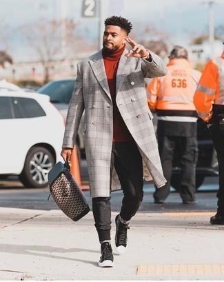 Мужские луки: Удобное сочетание серого длинного пальто в шотландскую клетку и черных спортивных штанов без сомнений будет обращать на себя взгляды прекрасных девушек. Любишь смелые сочетания? Можешь дополнить свой лук черными высокими кедами из плотной ткани с принтом.