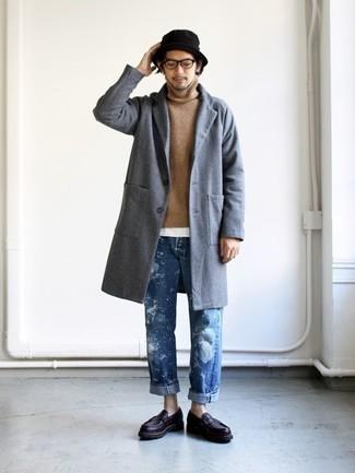 Как и с чем носить: серое длинное пальто, светло-коричневая водолазка, белая футболка с круглым вырезом, синие джинсы