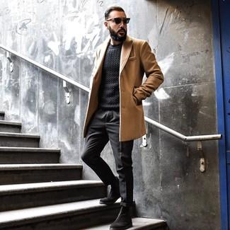 Как и с чем носить: светло-коричневое длинное пальто, черный вязаный свитер, черные брюки чинос, черные замшевые ботинки челси