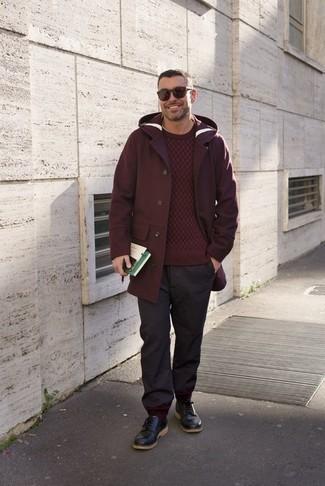 Темно-красные солнцезащитные очки: с чем носить и как сочетать мужчине: Если у тебя планируется сумасшедший день, сочетание темно-красного длинного пальто и темно-красных солнцезащитных очков поможет создать удобный образ в непринужденном стиле. Преобразить ансамбль и добавить в него немного классики позволят черные кожаные туфли дерби.