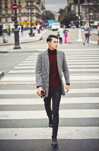 Если ты принадлежишь к той когорте молодых людей, которые одеваются с иголочки, тебе подойдет тандем серого длинного пальто и черных брюк чинос. Черные кожаные повседневные ботинки стильно дополнят этот образ.