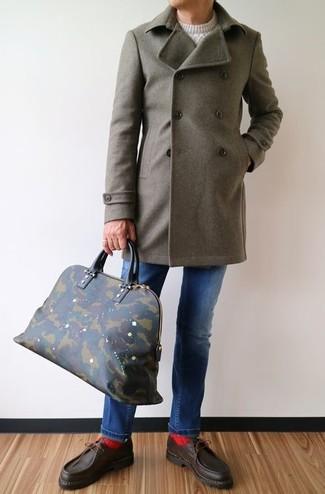 Как и с чем носить: оливковое длинное пальто, белый вязаный свитер, синие джинсы, темно-коричневые кожаные топсайдеры