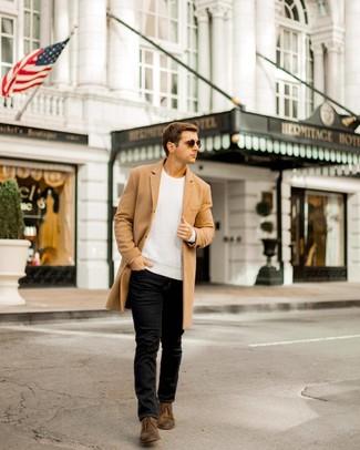 Как и с чем носить: светло-коричневое длинное пальто, белый вязаный свитер, черные джинсы, темно-коричневые кожаные ботинки дезерты