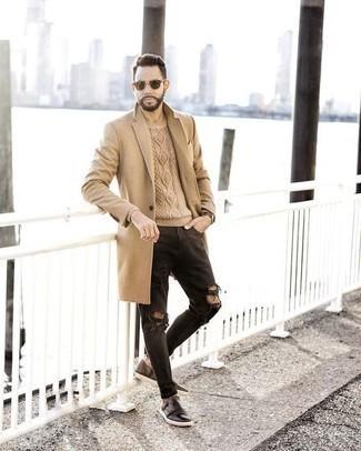 Темно-коричневые кожаные монки с двумя ремешками: с чем носить и как сочетать: Такой мужской лук из светло-коричневого длинного пальто и черных рваных джинсов выглядит очень эффектно, и ты точно не останешься без комплимента от представительниц дамского пола. Закончив лук темно-коричневыми кожаными монками с двумя ремешками, можно привнести в него немного привлекательного консерватизма.