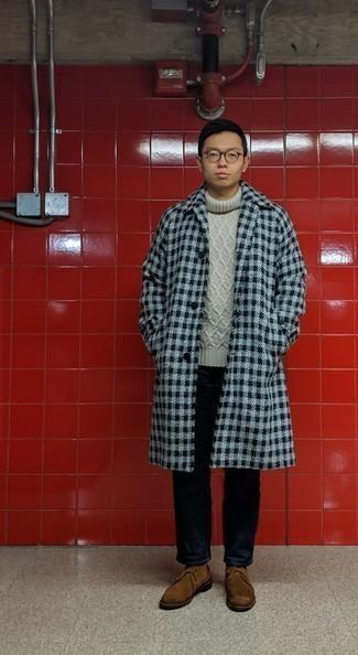Мужские луки в холод: Сочетание серого длинного пальто в мелкую клетку и серого вязаного свитера несомненно будет обращать на себя внимание красивых дам.