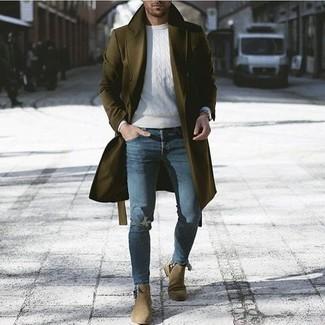 Как и с чем носить: оливковое длинное пальто, белый вязаный свитер, синие рваные зауженные джинсы, оливковые замшевые ботинки челси