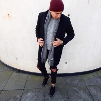 Как и с чем носить: черное длинное пальто, серый вязаный свитер, черные рваные зауженные джинсы, черные низкие кеды