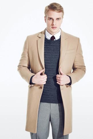Как и с чем носить: светло-коричневое длинное пальто, темно-синий вязаный свитер, белая классическая рубашка, серые шерстяные классические брюки
